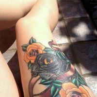 Pomarańczowe róże i aparat
