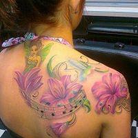 Różowe lilie i nimfa tatuaż