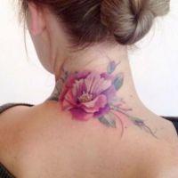 Różowy kwiat tatuaż szyja