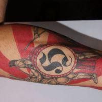Rycerz i czerwono-białe pasy tatuaż