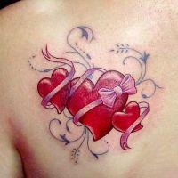 Trzy czerwone serca tatuaż
