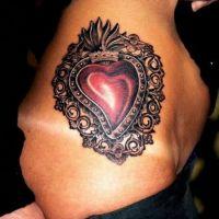 Serce z ozdobami tatuaż