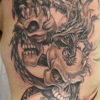 Smok i dwie czaszki tatuaż