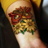 Sowa i dwie stokrotki tatuaż