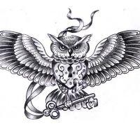 Sowa z kłódką na piersi tatuaż wzór