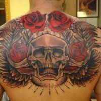 Tatuaż czaszka i czerwone róże