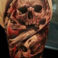 Tatuaż czaszki i kości