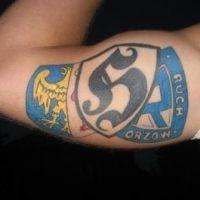 Tatuaż kibica kolorowe loga
