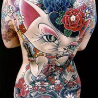 Tatuaż z kotem i kolorowymi kwiatami