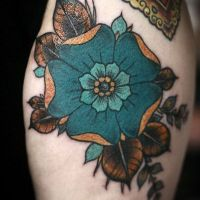Tatuaż kwiecisty na ramieniu