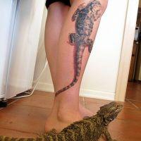 Tatuaż na nodze z gekonem