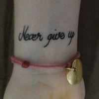 Tatuaż napis Never give up