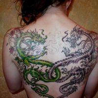 Tatuaż przeplatające się smoki