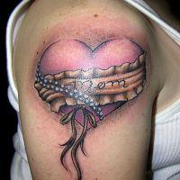 Tatuaż różowe serce i napis