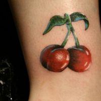 Tatuaż wiśnie z listkami