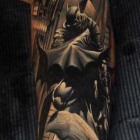 Tatuaż z batmanem na ręce