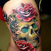 Tatuaż z czaszka i różami