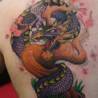Tatuaż z fioletowym smokiem