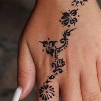 Tatuaż z henny czarny wzorek
