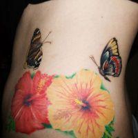 Tatuaż z hibiskusem i motylami