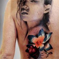 Niesamowity tatuaż z kobietą i kwiatem