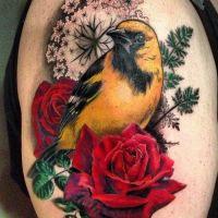 Tatuaż żółty ptak i róża