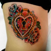 Tatuaż z różami i sercem