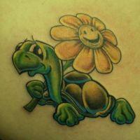 Tatuaż z żółwikiem i kwiatkiem