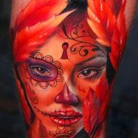 Twarz kobiety czerwony tatuaż