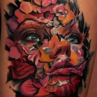Twarz z płatków kwiatów tatuaż