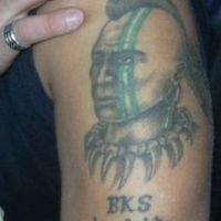Twarz z zielonym paskiem tatuaż