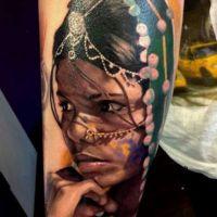 Twarz młodej kobiety tatuaż