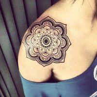 Kwiat koło tatuaż