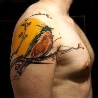 Wróbel na tle słońca tatuaż