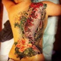 Ryba Koi i kwiaty tatuaż