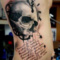Zegar czaszka tatuaż