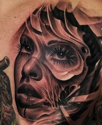 Twarz kobiety z metalowymi elementami tatuaż