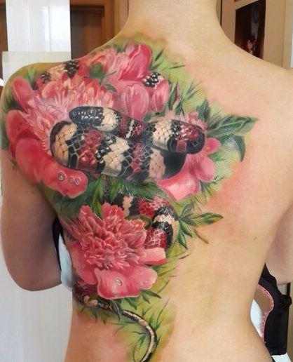 Wąż Wśród Różowych Kwiatów Tatuaż
