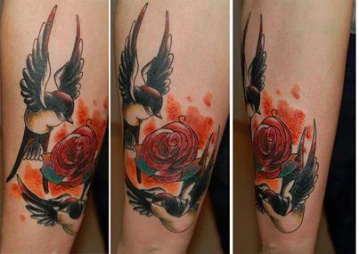 Czarne jaskółki i czerwona róża tatuaż