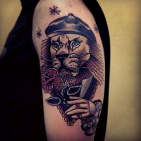 Tatuaż lew i czerwony kwiat