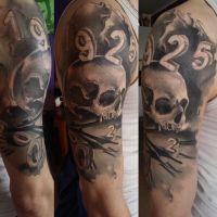 Czaszka i data tatuaż