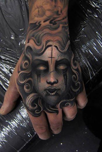 Srebrna maska twarz tatuaż