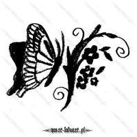 Czarny motyl z kwiatami