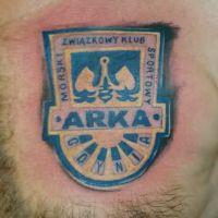 Niebieskie logo Arka Gdynia tatuaż
