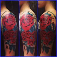 Tatuaż na ręce czerwone róże
